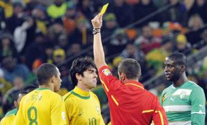 Les arbitres controversés quittent le Mondial-2010