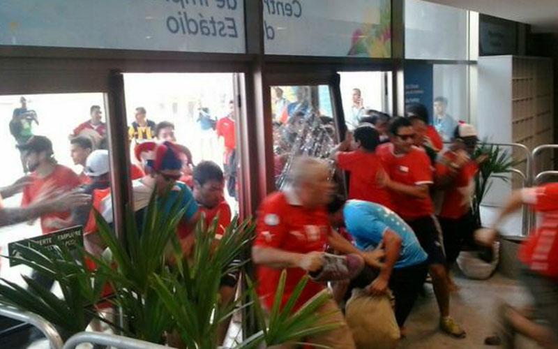 Coupe du monde 2014 – Vidéo : Des supporters chiliens sans billet forcent l'entrée du Maracanã