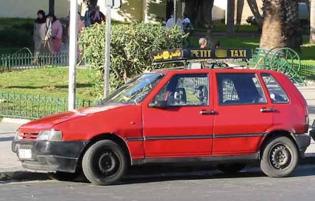 Un chauffeur de taxi fonce contre un mur pour éviter une agression