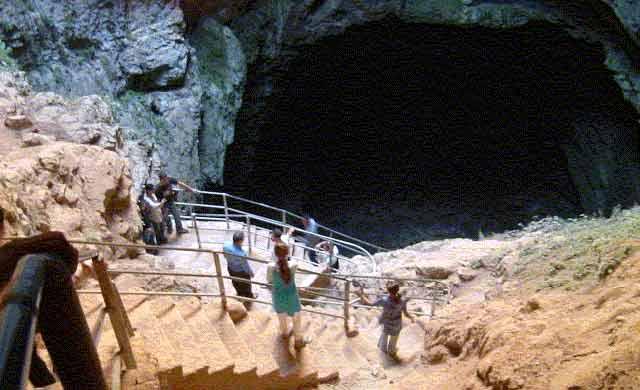 """La grotte de Friouato plonge les visiteurs au cÅ""""ur de l'univers souterrain dans toute sa splendeur"""