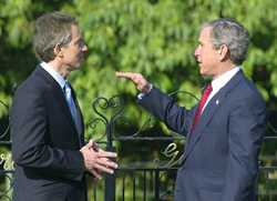 Bush offre une fleur à Blair