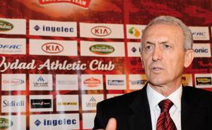 Benito Floro Sanz aux commandes des Rouges : Le nouvel entraîneur du Wydad trace ses objectifs