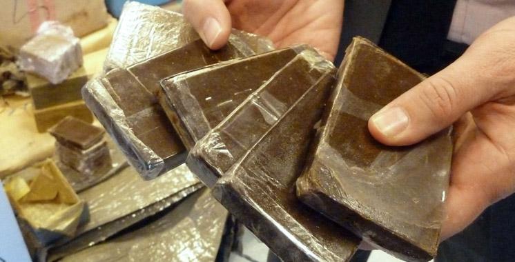 Des plaques de haschich et des capsules de cocaïne saisies chez des trafiquants de drogue