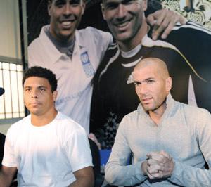 Zidane et Ronaldo jouent contre la pauvreté en Grèce