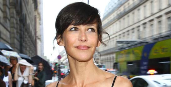 Sophie Marceau traque et filme les paparazzis dans les rues de Paris