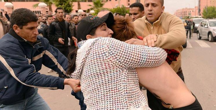 Deux FEMEN font irruption devant le tribunal de Beni Mellal