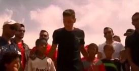Vidéo : Ozil joue au foot avec des réfugiés syriens