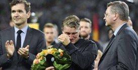 Vidéo: Schweinsteiger en larmes pour son dernier match avec l'Allemagne