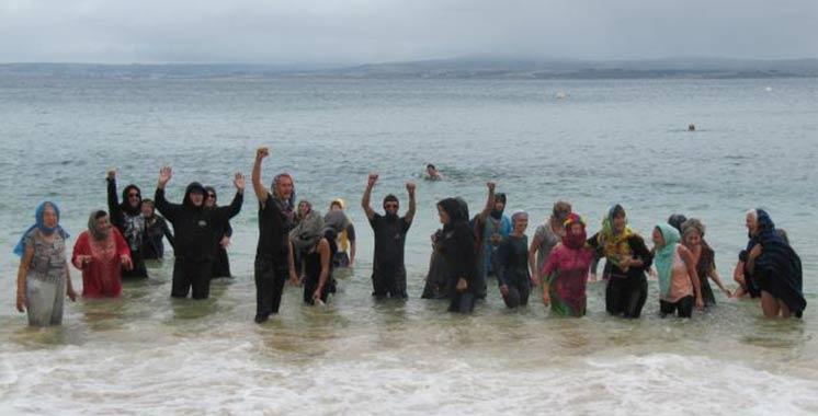 Interdiction du port du burkini en France : solidaires, des français se baignent habillés