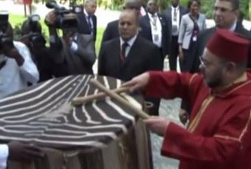 Vidéo : Quand le Roi Mohamed VI fait du tam tam avec le président tanzanien