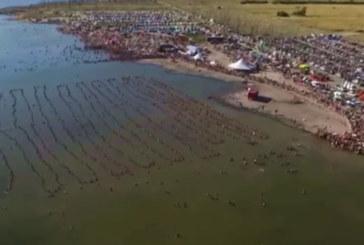 Vidéo : près de 2.000 personnes se jettent à l'eau en Argentine pour battre un record Guinness
