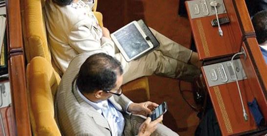 Journaux et portables désormais interdits aux députés
