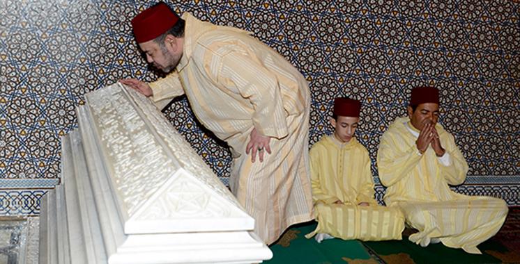 Le Roi préside une veillée religieuse à l'occasion du 19è anniversaire de la disparition de feu Hassan II