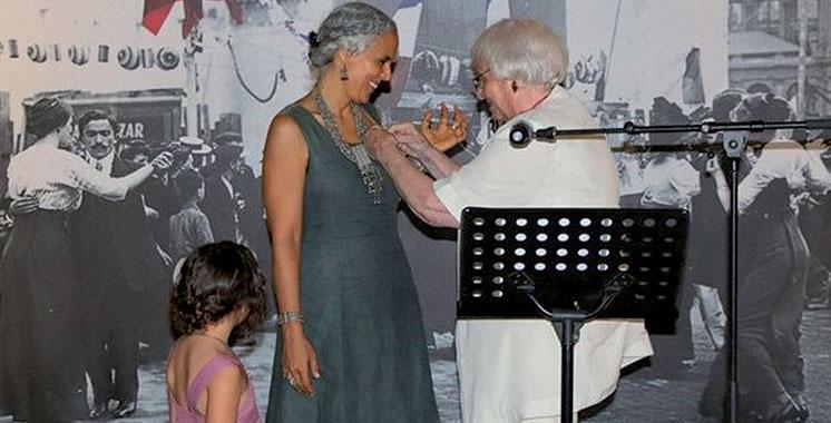 Agadir : Salima Naji décorée des insignes de Chevalière de l'ordre des arts et des lettres