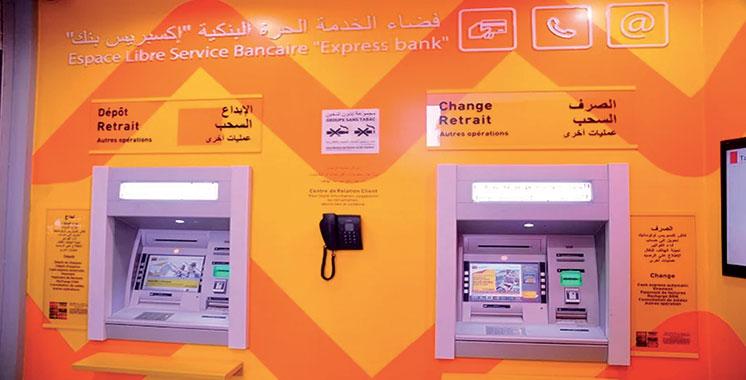 Dans les espaces de libre service d'Attijariwafa bank : Vous pouvez déposer jusqu'à 10 chèques par guichet automatique