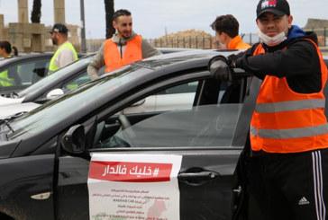 Ayant pour slogan « Restez chez-vous », des jeunes volontaires font les courses aux habitants