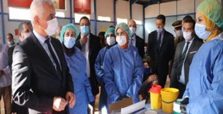 Ait Taleb en visite à plusieurs  centres de vaccination à Khénifra