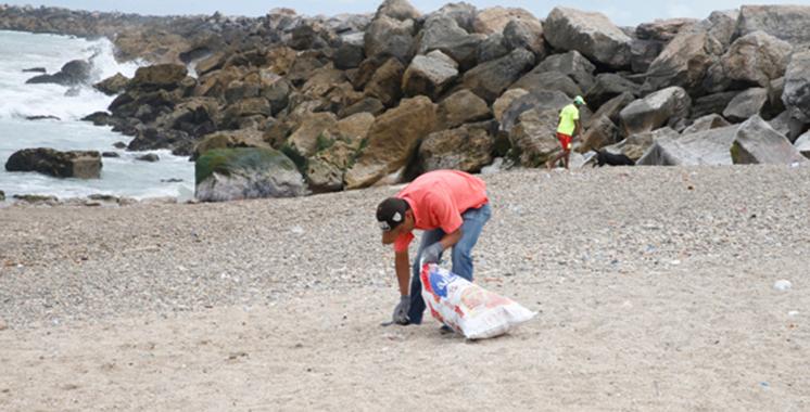 Une campagne de sensibilisation a été organisée à la plage artificielle de la lagune de Marchica  : «BharBlaPlastic» fait escale à Nador